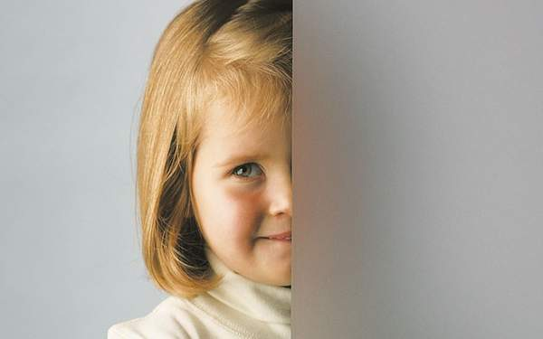 Internorm Glazing -girl looking through obscurred glass